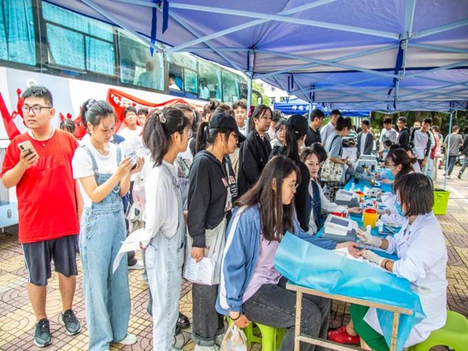 滁州学院学子用热血诠释青春担当,向祖国72周岁华诞献礼1.png
